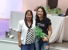 Estudante Anissa recebendo o prêmio de melhor pôster da diretora do Campus de Ribeirão das Neves, professora Graça.