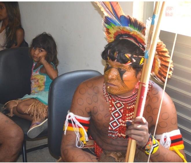 Visita de Índigenas ao Campus 2016 - Índio com cocar em destaque