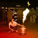 Foto mulher apagando fogo