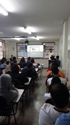 Professor Luciano proferindo palestra sobre Lixo Eletônico