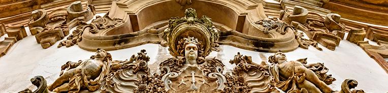 fachada cheia de adornos de igreja em Ouro Preto