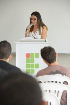 Professora fazendo discurso no EATI